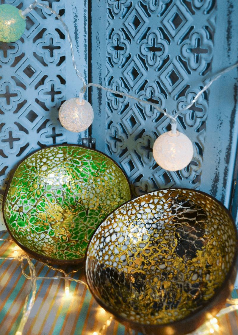Zwei Kokosnussschalen stehen vor einer blauen Wand