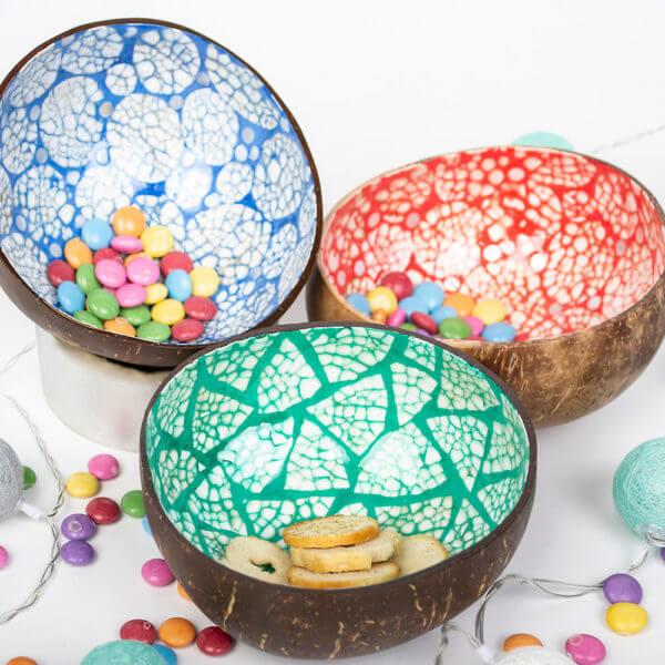 Drei Kokosnussschalen mit Süßigkeiten gefüllt