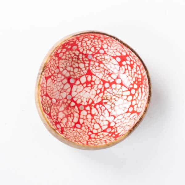 Kokosnussschale mit Rot und Mosaik
