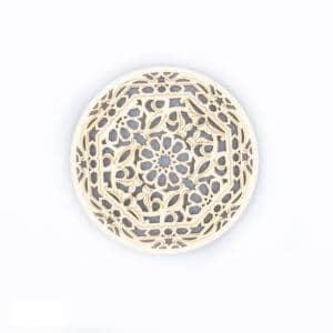 runder Holzuntersetzer mit Blume in der Mitte
