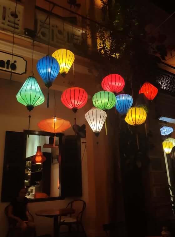 Elf Lampions vor einem Restaurant in Hoi An